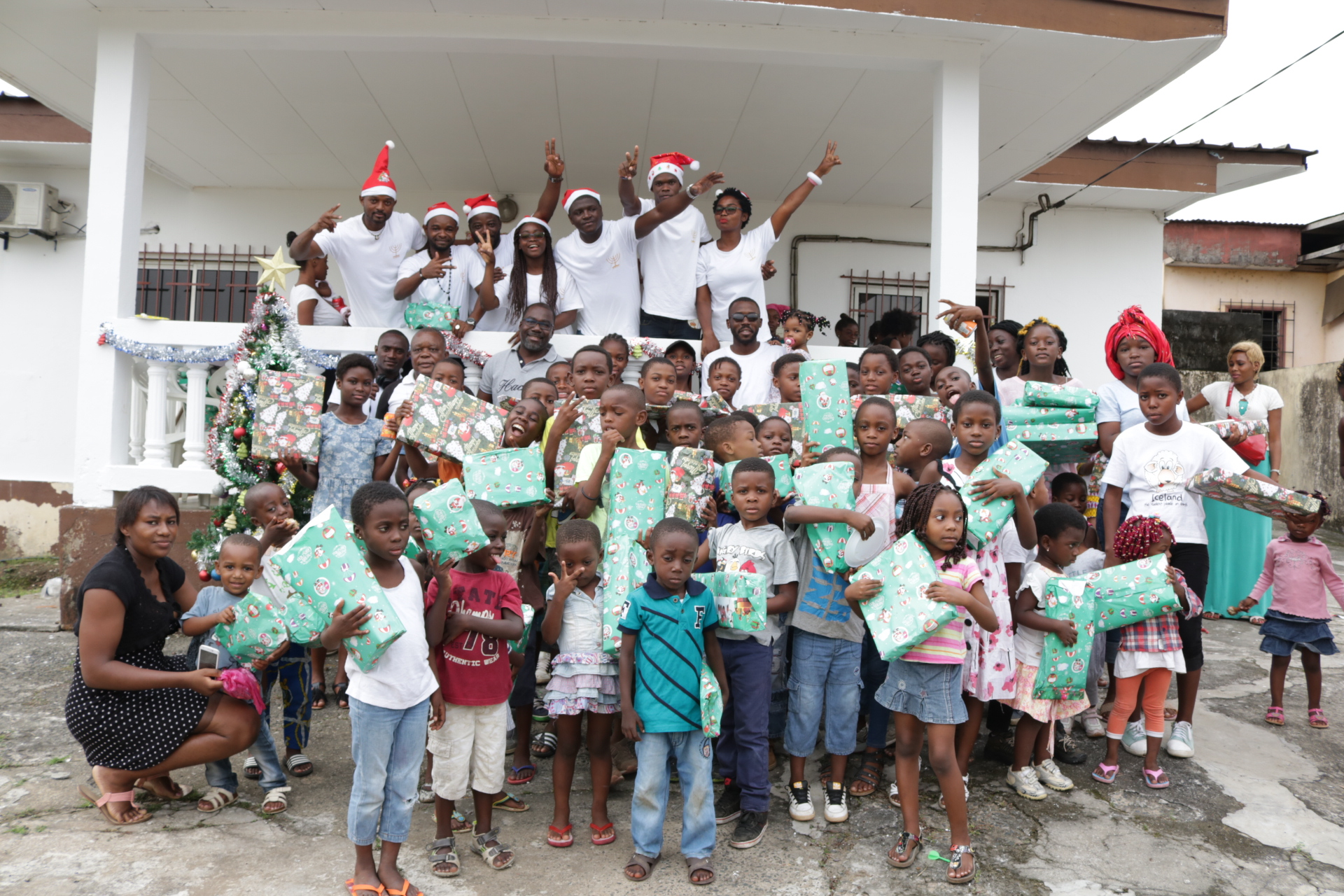 Le Père Noël auprès des enfants de Cocotiers